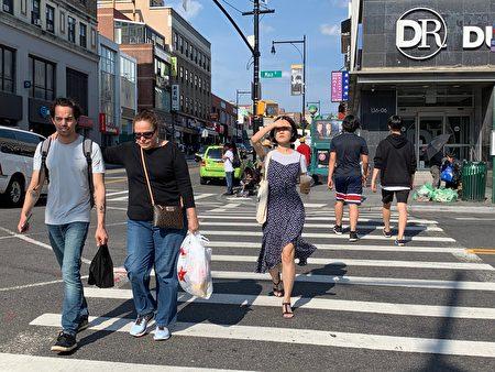 热浪逼人,纽约市气温高达100oF,法拉盛街头行人减少。