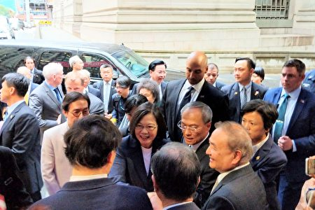 中华民国台湾总统蔡英文与侨胞一一握手。