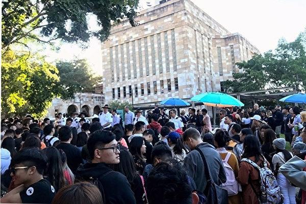 2019年7月24日,布里斯本部分香港留學生在昆士蘭大學舉行的反香港送中條例的和平抗議活動遭到數百中國留學生的圍攻,期間有人暴力襲擊和平抗議者,導致警方出面維持秩序。(楊裔飛/大紀元)