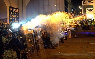 7月28日入夜,在香港西环,警民爆激烈冲突。港警多次施放催泪弹等驱赶示威者。(李逸/大纪元)