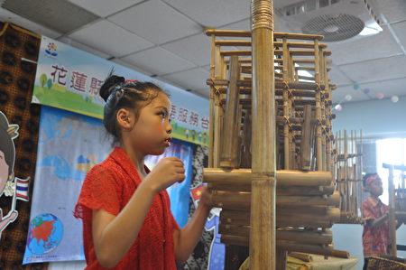 25日在新住民家庭服务中心成立多语服务台,开场由吉安印尼共学团小朋友表演印尼传统乐器Angklung。