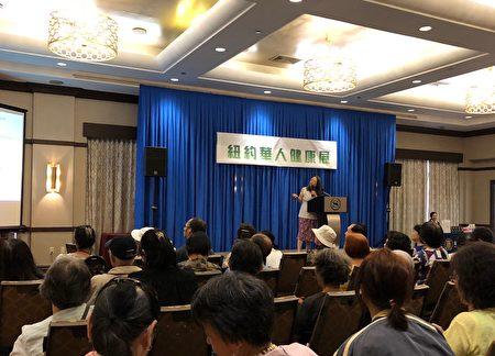 新唐人健康展上, 表维医院癌症中心总监吴菁菁介绍白血病。