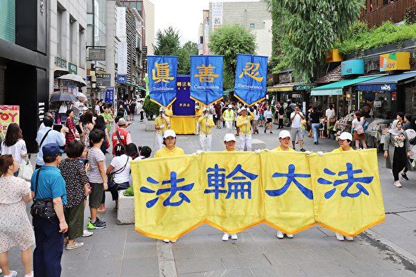 7月20日,韓國的反迫害20周年紀念活動吸引了大量行人駐足觀看。