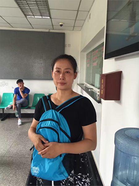 2016年5月,淚流滿面的原珊珊在天津第一看守所接待室。(作者提供)