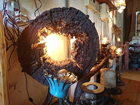 一個自然風化的樹輪,在它的圓心點起一盞燈,朽木活化起來,有了新的生命。