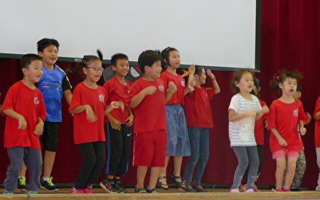 东海关怀营的结业式表演。