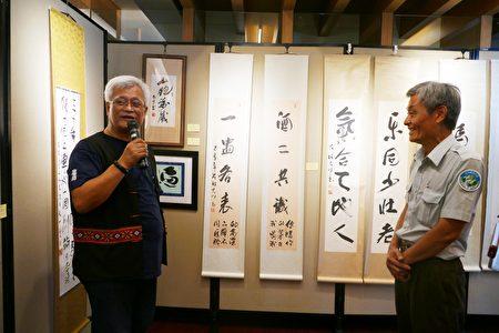 「川流於玉山之間」書法藝術展創作者孫大川,在玉管處展覽會場導覽作品。