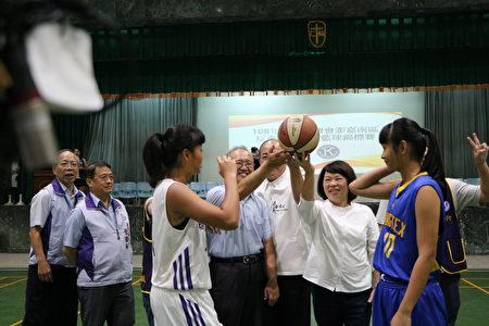 市長黃敏惠(右2)、議長莊豐安(中)及輔仁中學校長李國榮(左4)等3人主持開球。