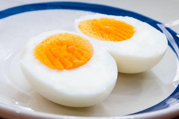 如果去掉蛋黃,等於去掉了大量的維生素D和B12, 所以建議吃全蛋。(Shutterstock)