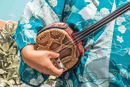 体验冲绳传统乐器三线琴。