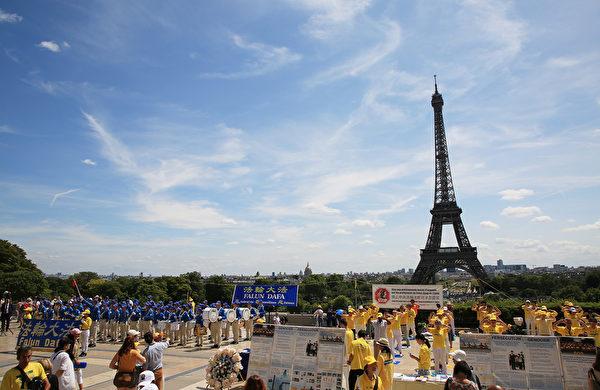 7月21日上午,欧洲天国乐团在巴黎人权广场上演奏,吸引了过往的市民和游客前来探寻法轮功真相。(章乐/大纪元)