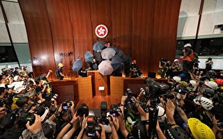 港人示威者一度占领立法会 英外相再发声