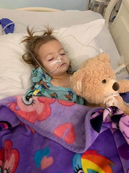 "2歲的肯妮被診斷患有罕見的卵巢癌「卵黃囊瘤」。(<a href=""https://www.facebook.com/fightwithkenni/"" target=""_blank"" rel=""noopener noreferrer"">Fight With Kenni</a>提供)"