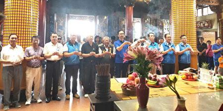 前新北市长朱立伦(中),14日上午一连到桃园景福宫、慈惠宫及明伦三圣宫等3间庙宇参香。