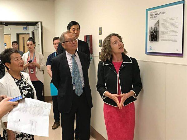 圖:張理瑲潘立中伉儷捐贈100萬,資助卑詩癌癥基金會購買PET/CT掃描儀。圖為設備房命名為張理瑲潘立中PET/CT房。(邱晨/大紀元)