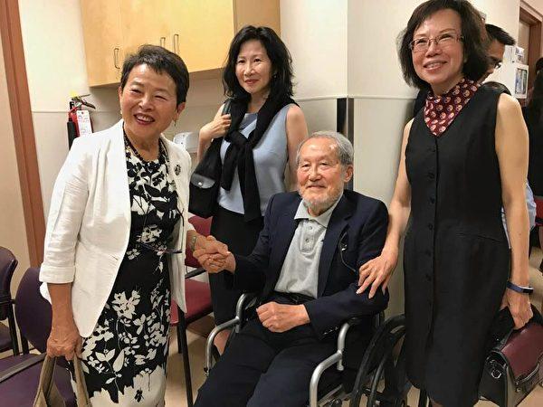 圖:張理瑲潘立中伉儷捐贈100萬,資助卑詩癌癥基金會購買PET/CT掃描儀。圖為張理瑲(右一)與楊正昭(右二)合影。(邱晨/大紀元)