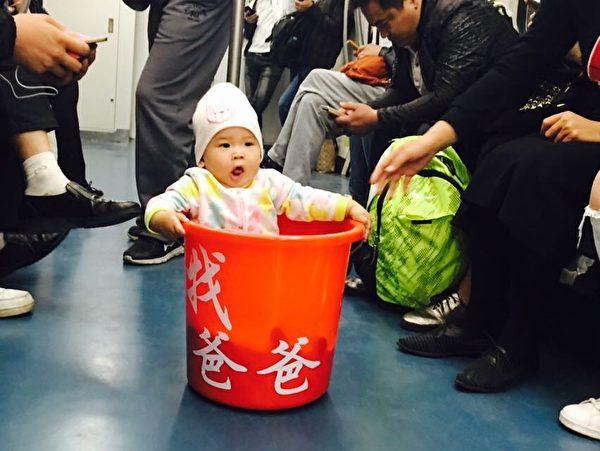2016年夏天,原珊珊帶女兒坐地鐵去天津看守所為丈夫維權。(原珊珊提供)
