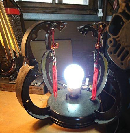 以汽車的煞車皮製作的古典燈具。