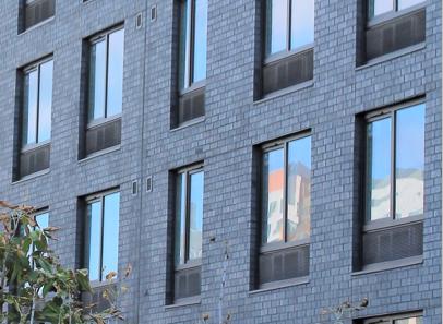 """协和-克丽斯多门窗在纽约市皇后区新的""""法拉盛一号""""建案使用了Magnus uPVC系列4500号商用塑钢窗,此种新系列坚固、美观、节能U-系数只有0.29而且隔音系数达到了OITC 34/STC 40。"""