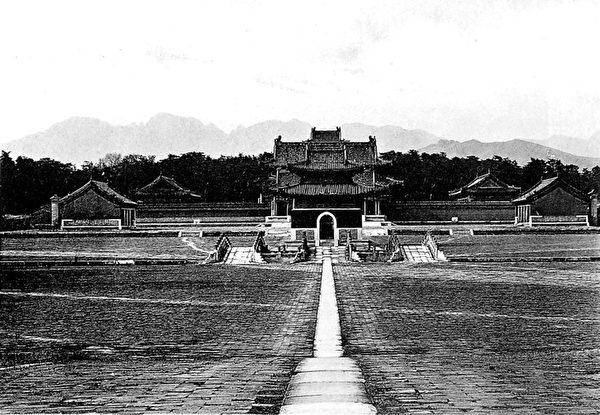 德國使臣穆默(Freiherr Alfons von Schwarzenstein)1902年《中國攝影日誌》中的清泰陵。(公有領域)