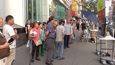 """每天川流不息的华人,驻足在法拉盛缅街图书馆前,收看港人反""""送中""""的游行录像。"""