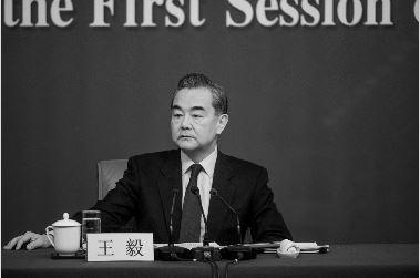 中共外交部长王毅动辄用霸气训斥的语调发言,被网民指:不如粗野村夫。图为资料照。(FRED DUFOUR/AFP/Getty Images)