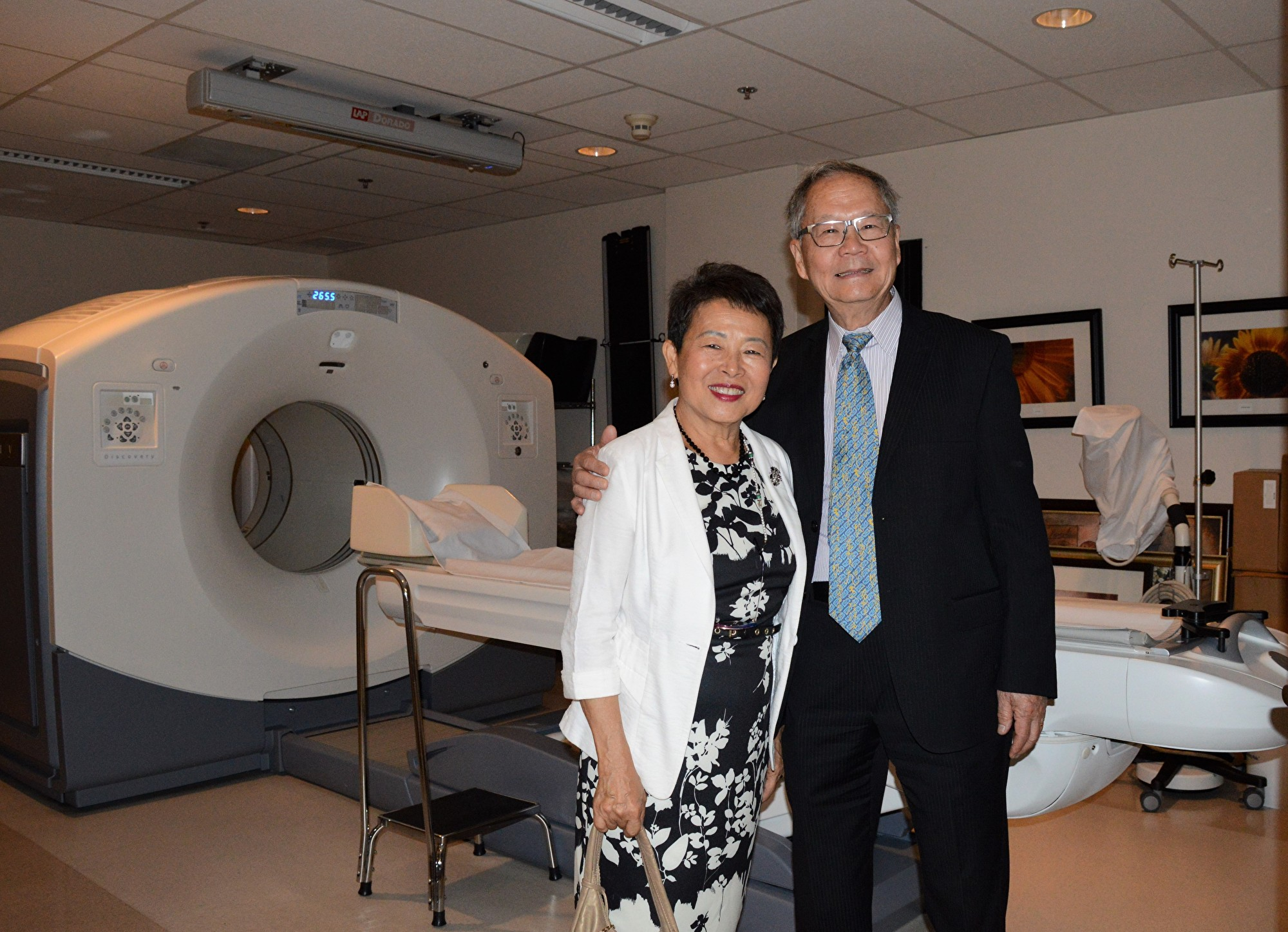 圖:張理瑲潘立中伉儷捐贈100萬,資助卑詩癌癥基金會購買PET/CT掃描儀。圖為張理瑲潘立中在PET/CT掃描儀前。(邱晨/大紀元)