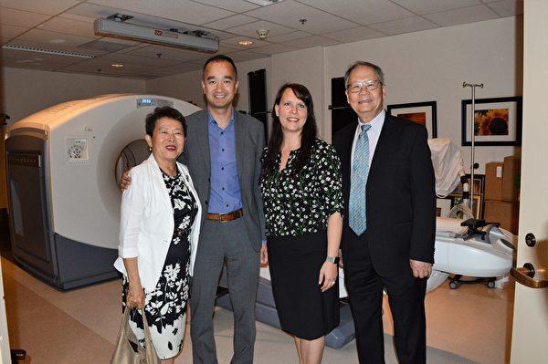 圖:張理瑲潘立中伉儷捐贈100萬,資助卑詩癌癥基金會購買PET/CT掃描儀。圖為張理瑲潘立中與卑詩癌癥中心負責人在PET/CT掃描儀前。(邱晨/大紀元)