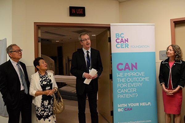 圖:張理瑲潘立中伉儷捐贈100萬,資助卑詩癌癥基金會購買PET/CT掃描儀。圖為張理瑲潘立中在PET/CT掃描房揭幕式新聞會上。(邱晨/大紀元)