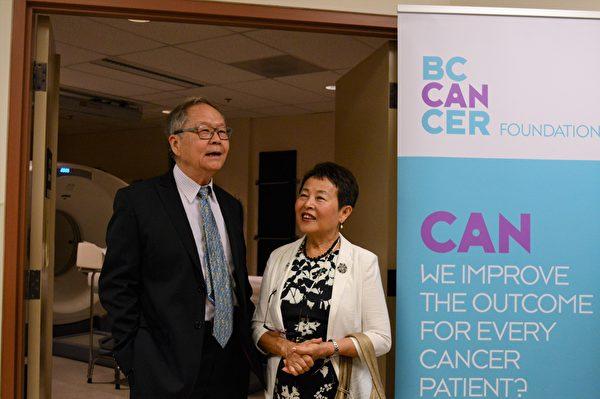 圖:張理瑲潘立中伉儷捐贈100萬,資助卑詩癌癥基金會購買PET/CT掃描儀。(邱晨/大紀元)