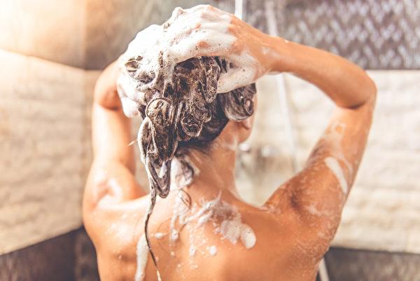 洗澡,淋浴,洗浴,洗头。示意图。(VGstockstudio/Shutterstock)