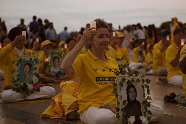2019年7月20日晚,法輪功學員在巴黎人權廣場上燭光守夜,悼念在中國大陸被迫害致死的同修。(傅潔/大紀元)