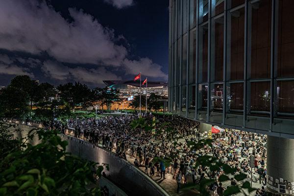 6月30日晚,市民在金钟立法会集会。(Anthony Kwan/Getty Images)