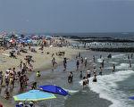 夏季去海灘游泳避暑時,需注意水質安全。圖為美國一處海灘。