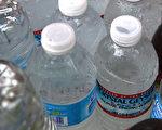 研究发现,喝瓶装水会大幅增加摄入的塑料微粒数量。(Justin Sullivan/Getty Images)