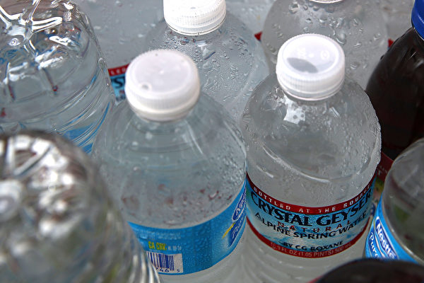 研究發現,喝瓶裝水會大幅增加攝入的塑料微粒數量。(Justin Sullivan/Getty Images)