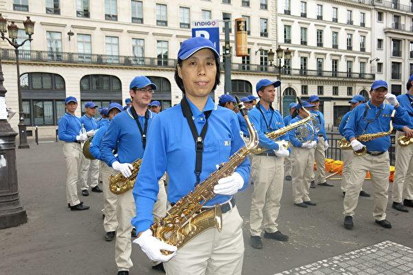 法轮功学员刘巍是欧洲天国乐团的中音萨克斯风手。(关宇宁/大纪元)