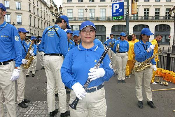 法轮功学员陈艳华在欧洲天国乐团里吹奏单簧管。(关宇宁/大纪元)