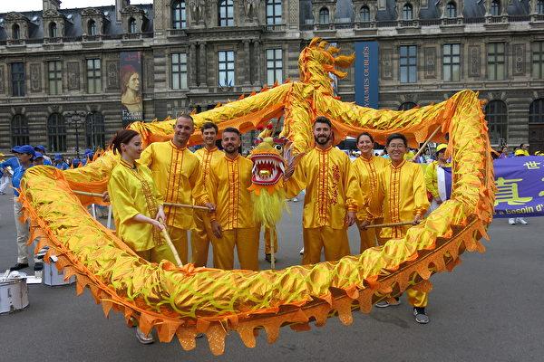 舞龙团队在游行终点卢浮宫旁合影。(关宇宁/大纪元)