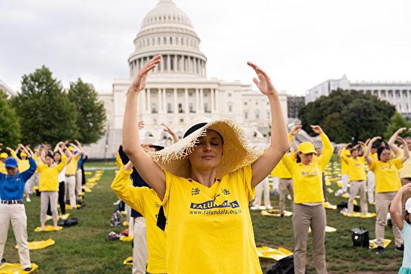 7月18日,美國華盛頓DC,法輪功學員舉行反迫害20周年大型集會活動。圖為集會前,法輪功學員集體煉功。(戴兵/大紀元)