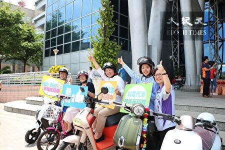 嘉义市长黄敏惠(中)及环保局长萧令宜(右)也协助宣导二行程机车换购电动车补助再加码。