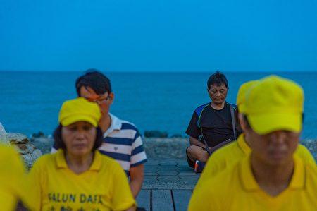反迫害20周年,台東法輪功學員在台東海濱公園舉行燭光悼念,民眾主動參與。
