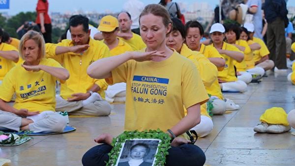 2019年7月20日晚,法轮功学员在巴黎人权广场上烛光守夜,悼念在中国大陆被迫害致死的同修。(傅洁/大纪元)