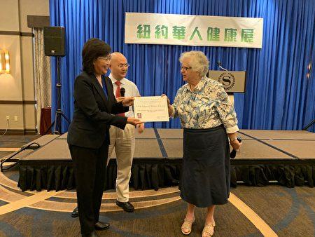 州参议员史塔文斯基(Toby Ann Stavisky)向新唐人健康展颁发褒奖。