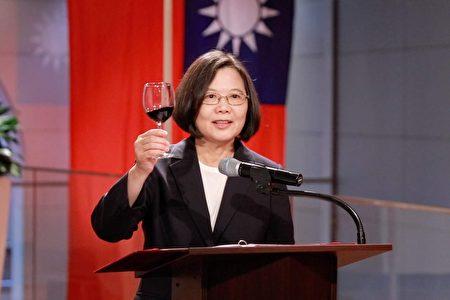 中華民國臺灣總統蔡英文舉杯向友邦駐聯合國常任代表,祝賀「國家國運昌隆,邦誼歷久彌新」。