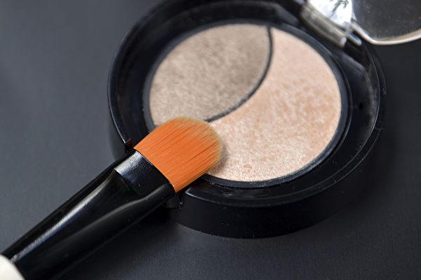 5款化妆品疑似含有石绵类成分,恐有致癌风险。(Shutterstock)
