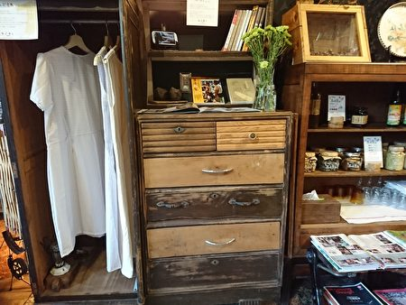 台灣特有的肖楠木舊衣櫃,在一番修整後,呈現自然樸實的風貌。