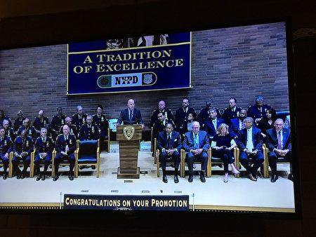 紐約警察局局長奧尼爾在28日NYPD升職儀式上談到最近的警察自殺問題。