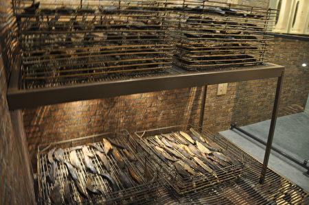 花莲七星柴鱼博物馆前年夏天遭祝融,历经二年的重建,目前已小规模的恢复试营运,馆内重现昔日烘烤柴鱼的设备。