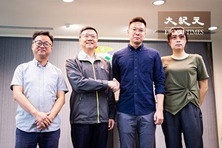 民進黨主席卓榮泰(左1)、秘書長羅文嘉(左2)15日出席人事記者會,公布由太陽花學運領袖林飛帆(右2)接任民進黨副秘書長、呂家華(右1)負責政策對話小組工作。